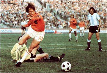 En el Mundial de 1974, Johan Cruyff lució una camiseta con 2 tiras en vez de 3 por un desacuerdo con Adidas.